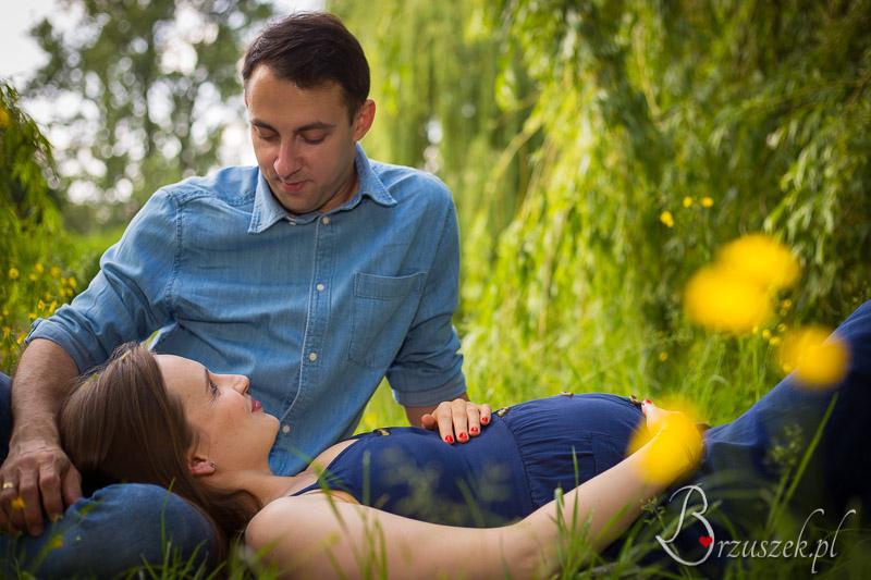 Zdjęcia brzuszkowe z partnerem w plenerze
